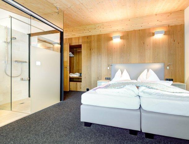hotel-lun-brand-brandnertal-vorarlberg-slaapkamer-glazen-badkamer.jpg