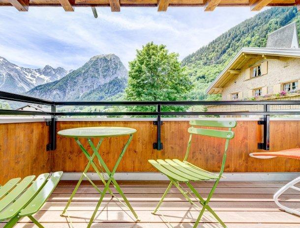 hotel-lun-brand-brandnertal-vorarlberg-balkon-uitzicht-bergen.jpg