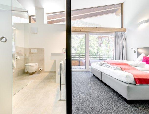 hotel-lun-brand-brandnertal-vorarlberg-badkamer-slaapkamer-balkon.jpg