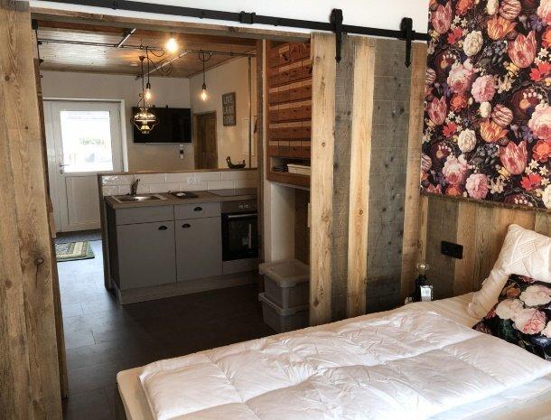 landhaus-kloosterstube-hermagor-karinthie-stube-small-slaapkamer-keuken.jpg