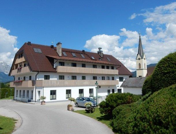 hotel-loy-grobming-met kerk.jpg