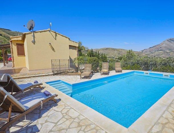 villa olimpia sicilie zwembad huis.jpg