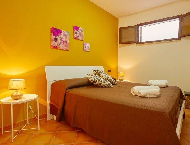 villa olimpia sicilie slaapkamer bed.jpg