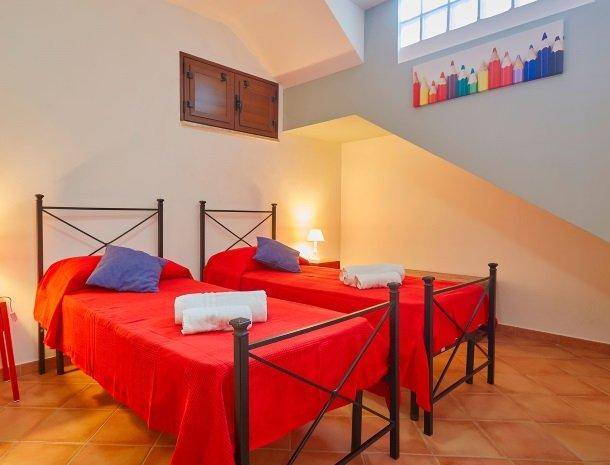 villa olimpia sicilie slaapkamer 2 bedden.jpg